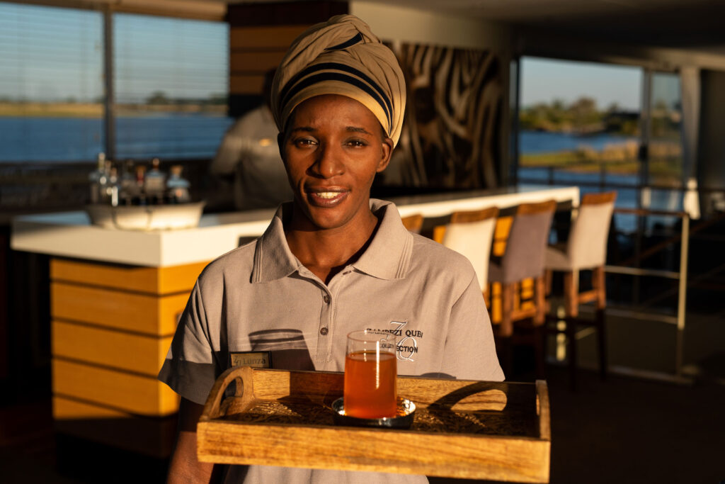 Zambezi-Queen-cocktail-service